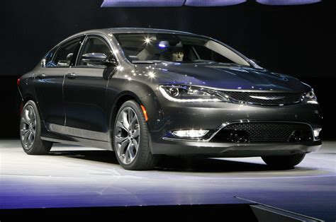 chrysler car 200 2015 chrysler 200 debuts at 2015 detroit auto show motor