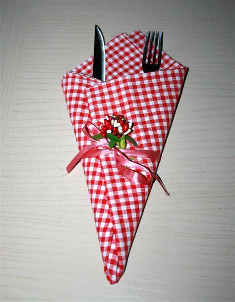 come piegare i tovaglioli per la tavola di natale come piegare i tovaglioli piega a cono decorare la tavola