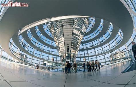 cupola reichstag la vista mozzafiato della cupola palazzo foto