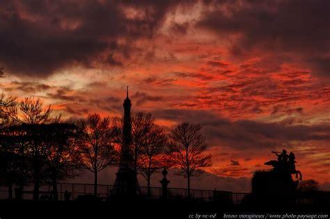 le crepuscule de la 2081395983 la tour eiffel sur fond de cr 233 puscule rougeoyant le blog de photo paysage com