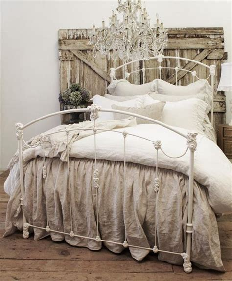 weathered wood headboard vintage metal bed and shabby chic textiles ideas para el hogar