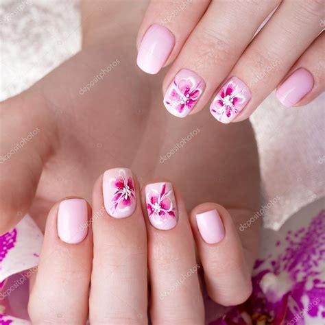 fiori su unghie colpo manicure con fiori su dita donna nailart