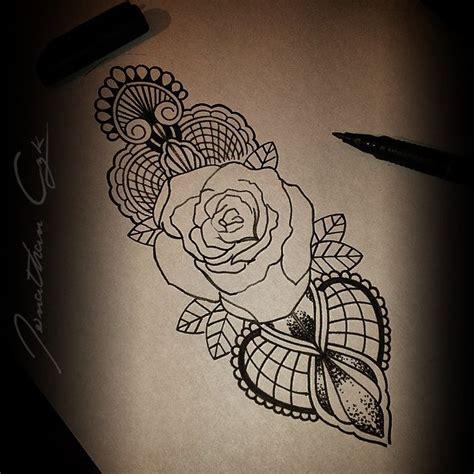 tattoo mandala dentelle tatouage rose epaule mandala