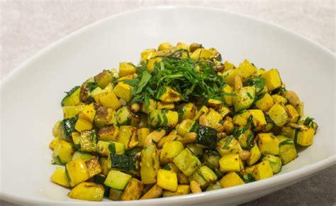 cuisiner des courgettes poele recette de po 234 l 233 e de courgettes aux pignons par alain ducasse