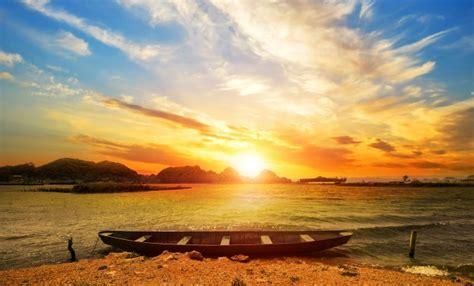 Autumn Wall Murals a paisagem bonita do sol da praia com um barco baixar