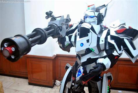 film robot jepang 90an peserta cosplay mengenakan kostum robot film animasi
