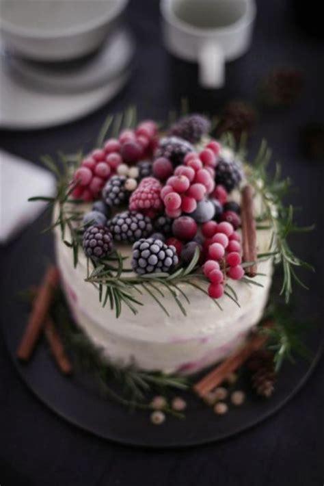 winter wedding cakes decorated  berries weddingomania