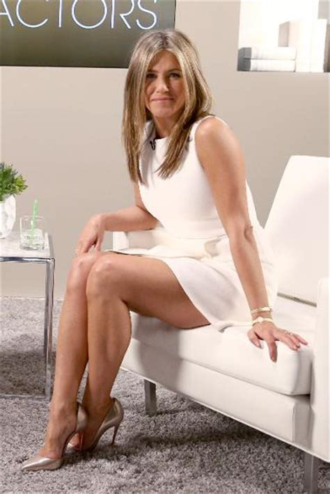 amature couch golden globe nominee jennifer aniston already wins for style