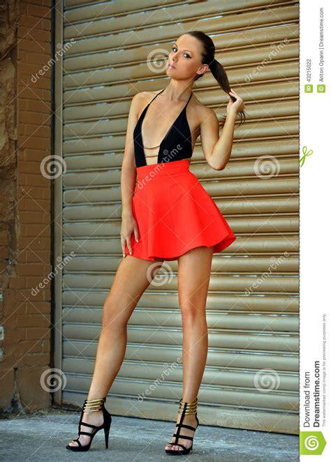 foto modelle in costume da bagno modello di moda con le gambe lunghe porta costume da