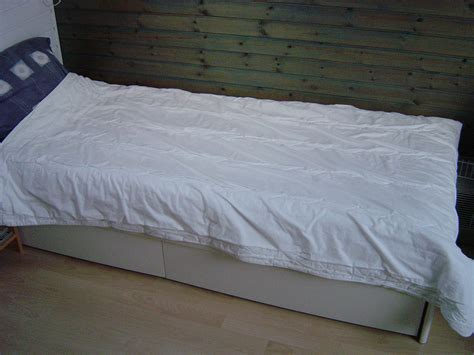 bed file file bed with duvet jpg wikimedia commons
