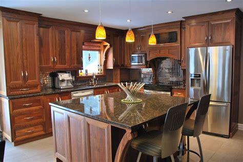 English Kitchen Cabinets armoire en noyer naturel avec comptoir de granit