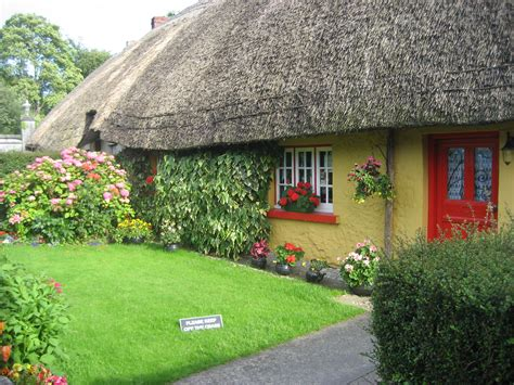 cottage irlandesi datei yellow cottage adare ireland jpg