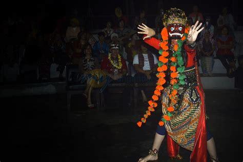 penari pangandaran kenalkan wisata budaya dengan tari topeng rahwana