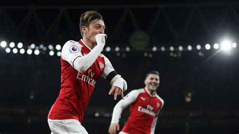 arsenal huddersfield highlights arsene wenger praises mesut ozil fight as arsenal beat
