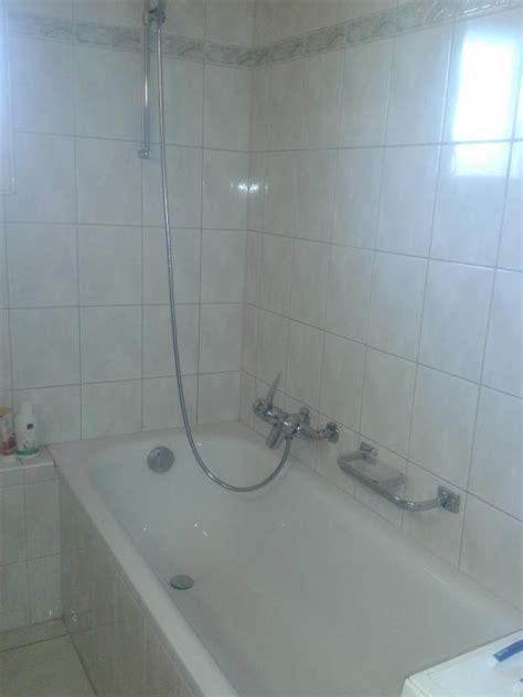 badewanne reinigen waschbecken und badewanne mit waschpulver reinigen bild 1
