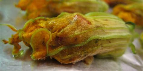 ricetta con fiori di zucca ripieni fiori di zucca ripieni con speck e mozzarella non