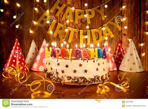 torta de cumplea 241 os con las velas del cumplea 241 os torta del feliz cumplea 241 os con las velas en el fondo de
