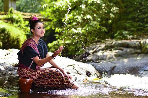 Kain Sasak melihat pembuatan kain tenun di kung adat sade