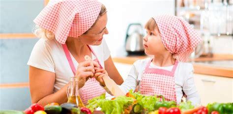 mama e hija cocinando cocinar con los ni 241 os mejora sus h 225 bitos alimenticios