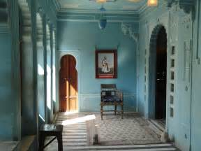 room image file a room inside city palace udaipur jpg wikimedia commons