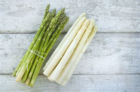 the difference between white and green asparagus
