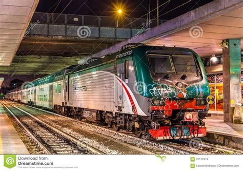 treni porta garibaldi classe e 464 locomotivi trasportando un treno regionale