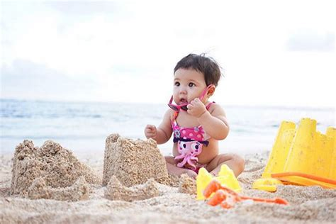 Kalung Imut Pasir foto ketika baby gempi pose bareng gisel di pantai imut badai kapanlagi