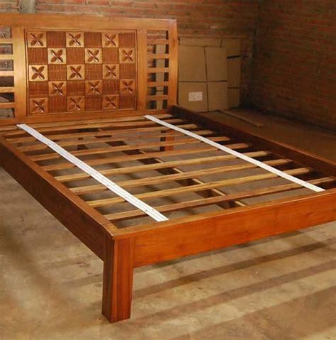 dipan kamar tidur kayu desain minimalis