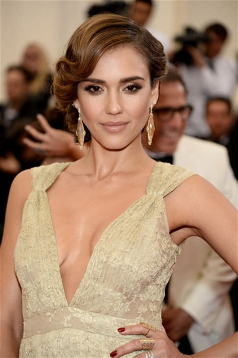 pictures jessica alba red carpet hairstyles through the jessica alba best beauty looks from 2014 met gala