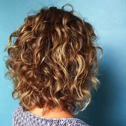 hair layered and curls up in back what to do with the sides best 25 short curly hair ideas on pinterest