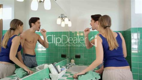 wife ed in bathroom young husband and wife in bathroom lizenzfreie stock