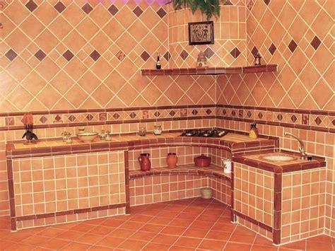 cocina pequena de azulejos rusticos imitando los antiguos