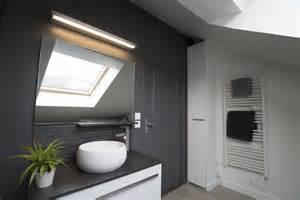 une salle de bain sous les toits lartduplan