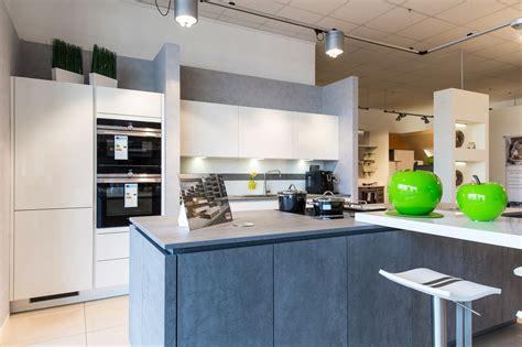 küchenzeile mit elektrogeräten kochinsel mit tisch