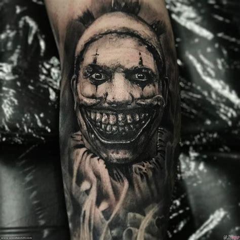 手臂上黑灰色素描纹身恐怖纹身魔鬼面具纹身图案