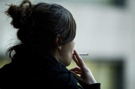 imagenes de tristeza fumando tabaquismo las mujeres con menos formaci 243 n son las