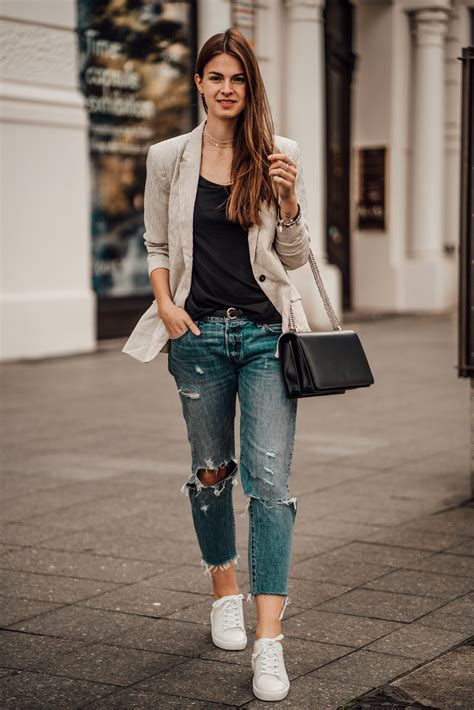 wear boyfriend jeans  fall casual chic outfit