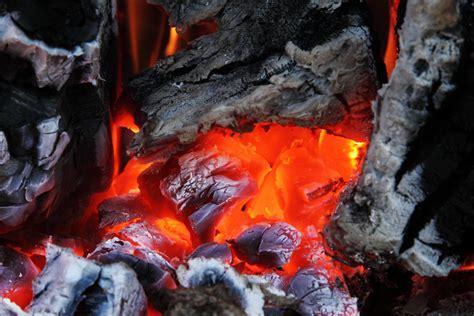 gambar cahaya bercahaya kayu merah perapian abu