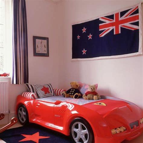 chambre enfant voiture le lit voiture pour la chambre de votre enfant archzine fr