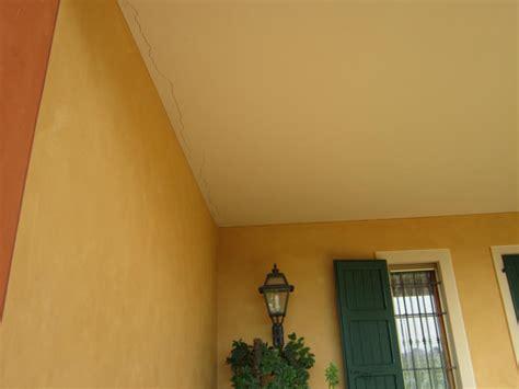 crepe nel soffitto crepe orizzontali soffitto semplice e comfort in una