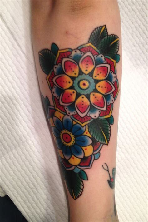 sch 246 ne traditionelle oldschool bunte blumen tattoo am arm