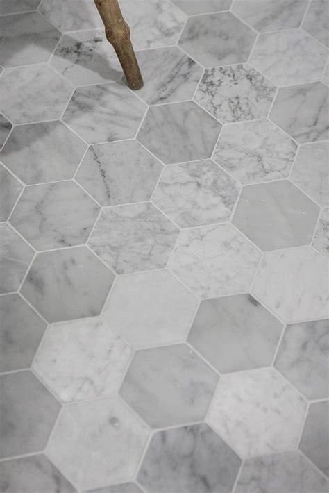 canapé gris et blanc les 25 meilleures id 233 es concernant carrelage hexagonal sur