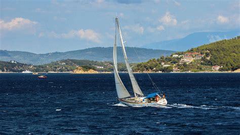 zeilboot op zee gratis afbeeldingen zee boot wind schip zomer