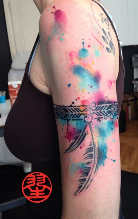 hommage tattoo indianer armband feder mit watercolour