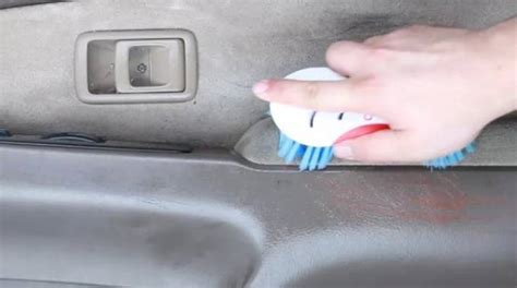 laver siege voiture nettoyez une voiture sale avec ce spray non toxique 224