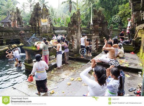 Mukjizat Tirtha Buku Bali Hindu prayers at tirtha empul bali indonesia editorial photography image 14261417