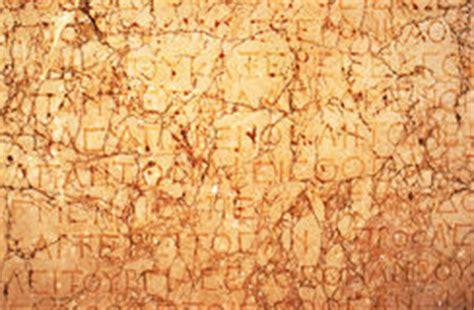 testi in greco antico vecchia iscrizione greca su marmo immagini stock