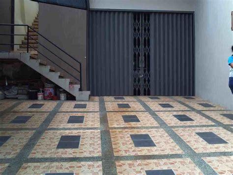 foto keramik lantai garasi sederhana eksterior rumah