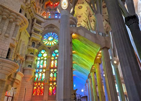 Guide with Sagrada Familia tickets, sights, history and