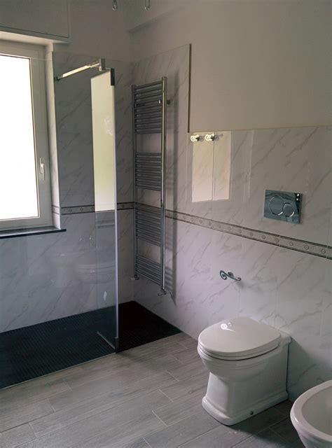mosaico per piatto doccia bagno con piatto doccia in muratura rivestito con mosaico nero